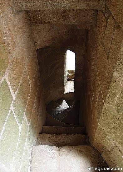 Una de las dos escaleras que conduce a la cripta