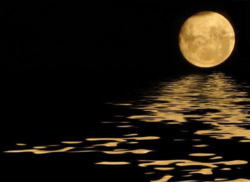 La luna & su reflejo en el mar .