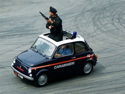 Carabinieri in cinquecento! Solo in Italia... :)