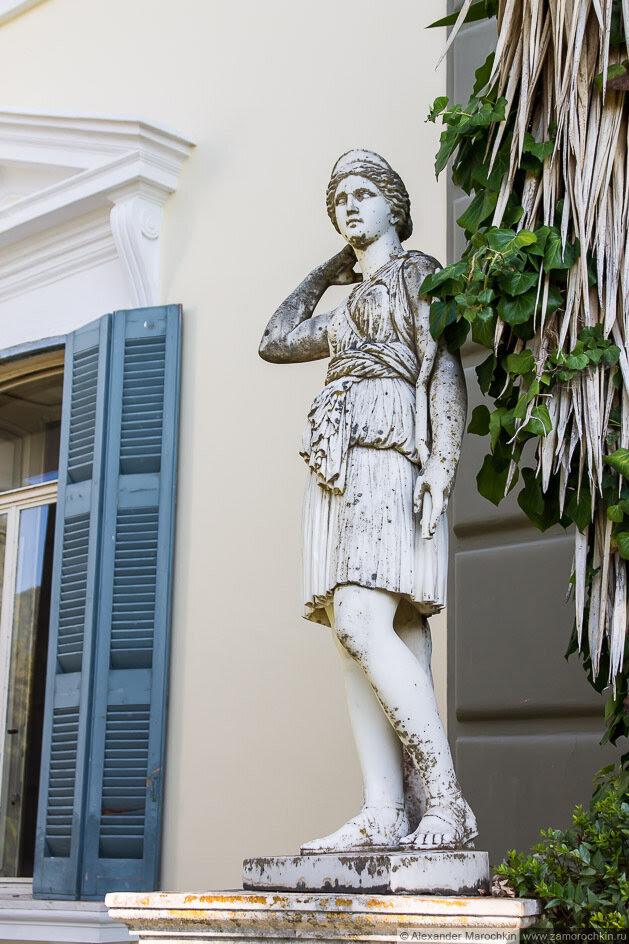 Скульптура во дворце Ахиллеон