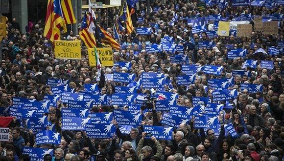 Miles de personas se han concentrado en la plaza Urquinaona de Barcelona convocados por 'Casa nostra, casa vostra' para iniciar una marcha a favor de la acogida de refugiados. Foto: Massimiliano Minocri.