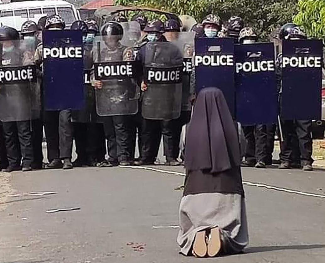 Birmanie: une religieuse s'interpose entre police et manifestants