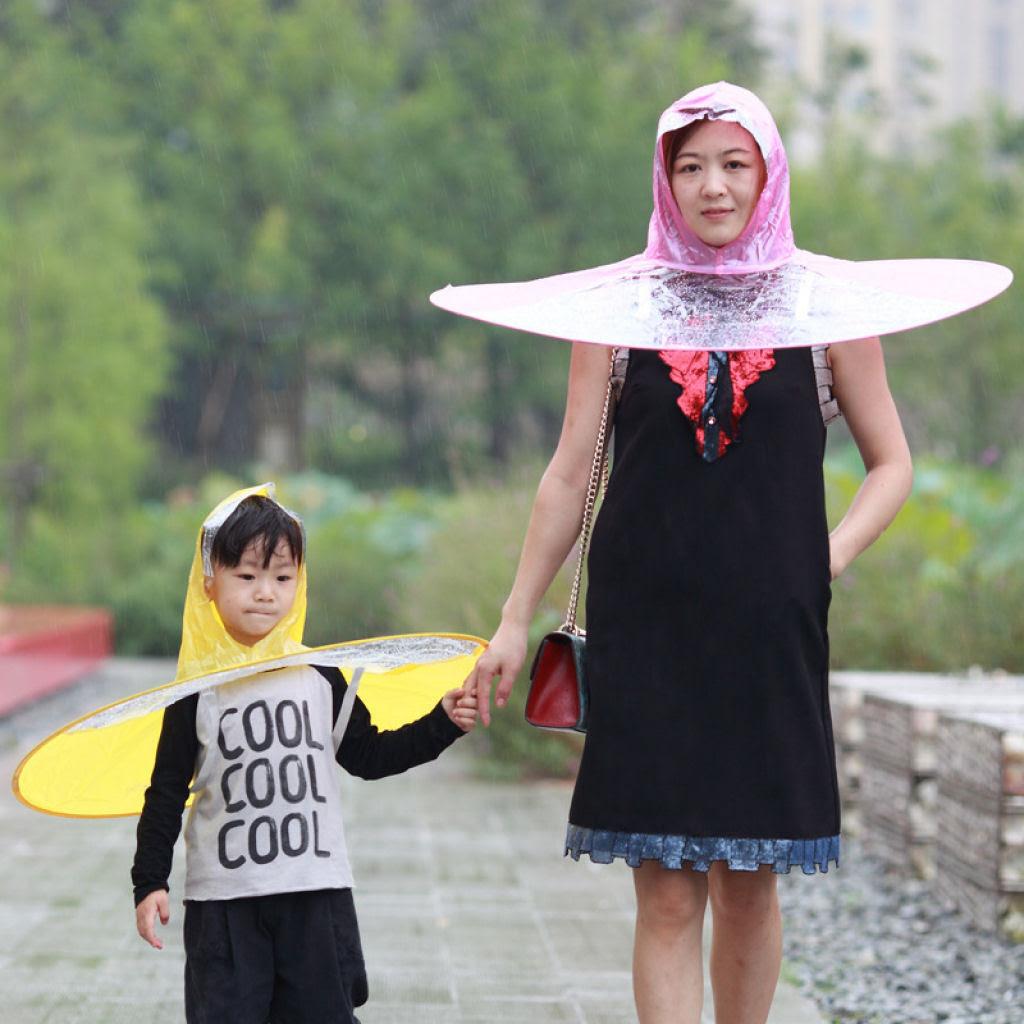 Esta capa-guarda-chuva chinesa é a mais recente inovação para se manter enxuto 01