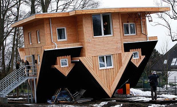 """Sottosopra - Una casa rovesciata a Gettorf, in Germania: dentro ci  sono bagno, cucina, camera da letto, tutto sottosopra. È chiamata  """"casa pazza"""" e presto sarà un'attrazione per i turisti;  inaugura il 30 marzo e per visitarla si pagherà il biglietto (Ap)"""