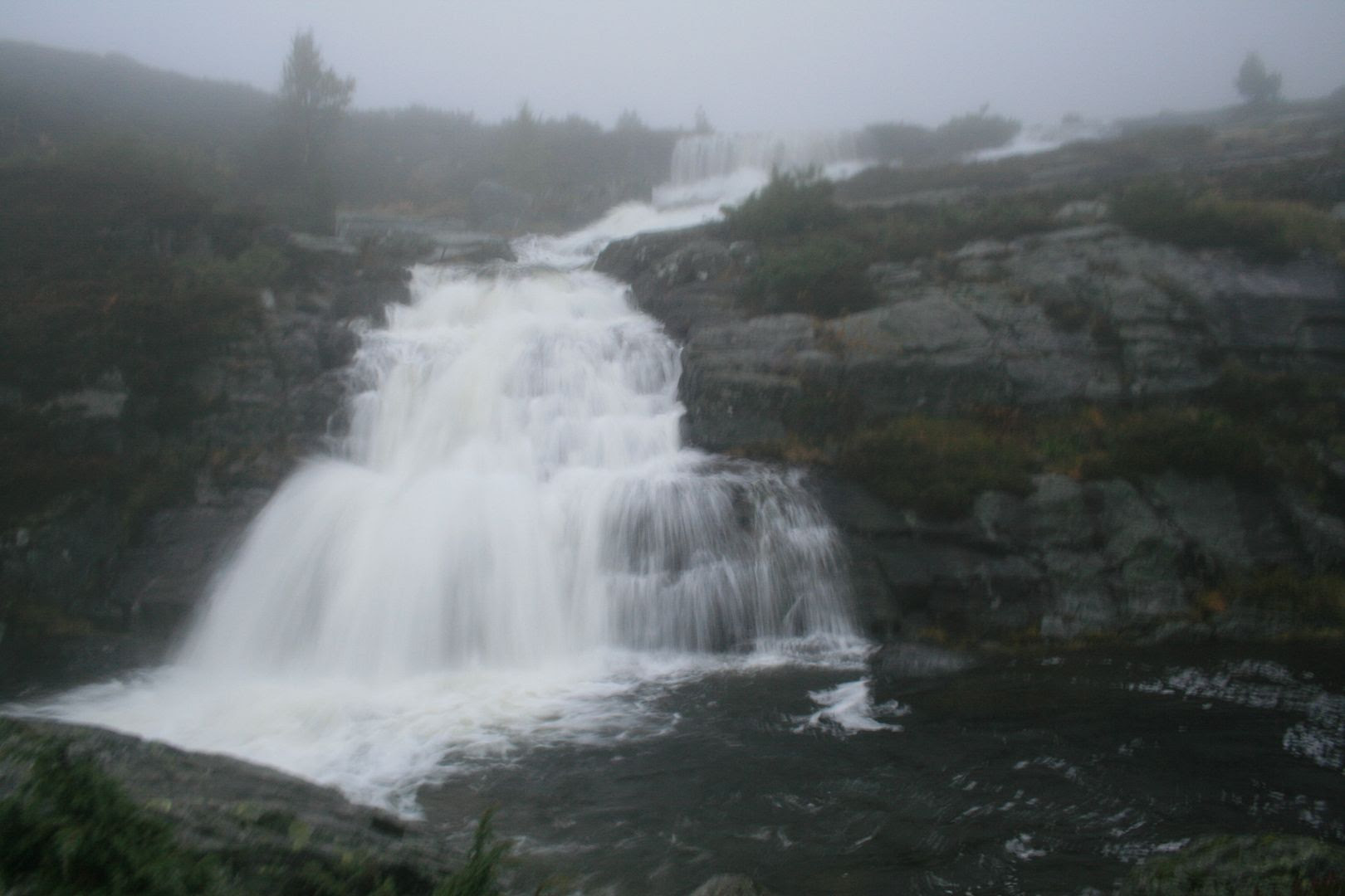 Den nydelige fossen på Hovlandsstølen - dårlig og uklart bilde pga regn, fukt og dogg