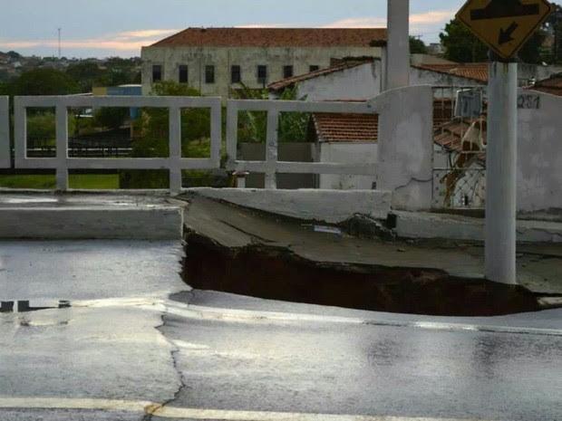 Árvores caíram na fiação elétrica e cratera foi aberta em avenida (Foto: Maxuel Araújo/TEM VC)