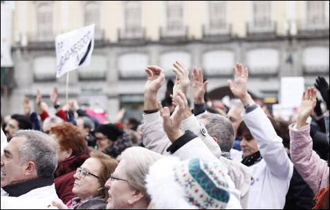 La 'marea blanca' grita 'ladrones' en la Puerta del Sol de Madrid.