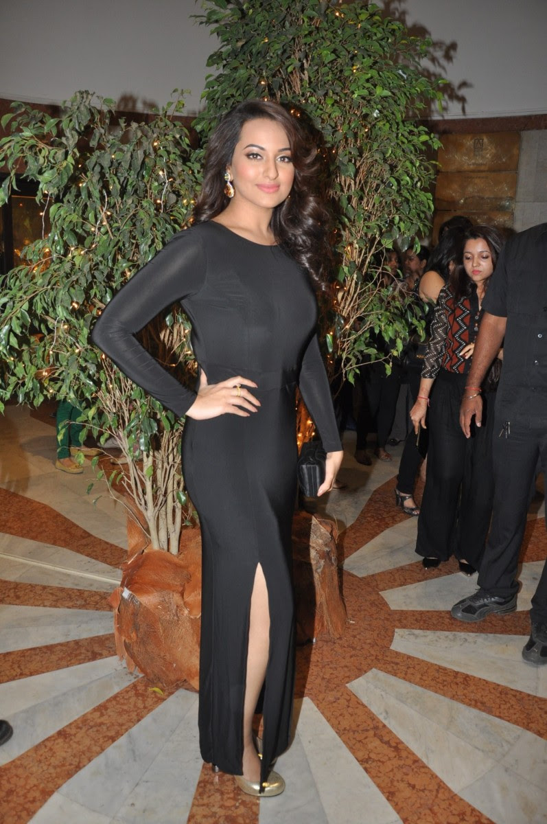 Sonakshi-Sinha-at-Penetralia-Art-of-Neeraj-Goswami-Art-Gallery-Photo-Pictures-8