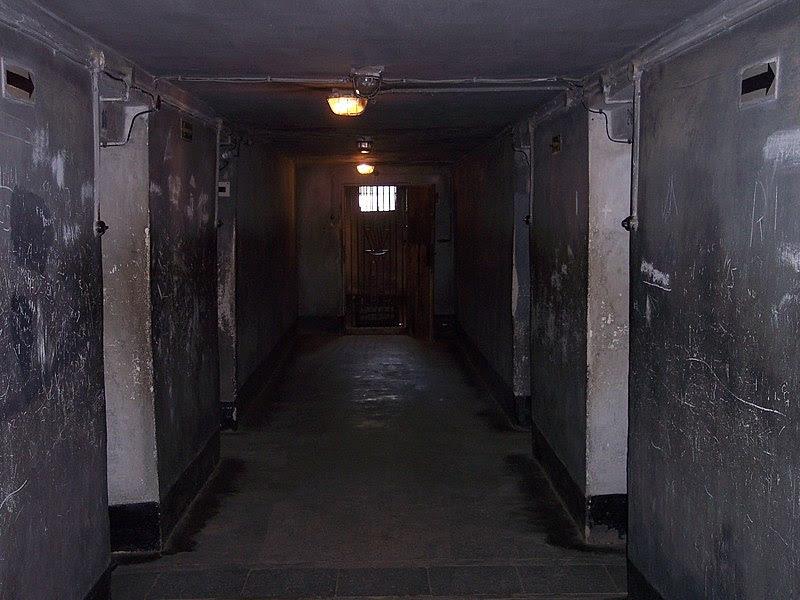 File:Auschwitz I death block 11 04.jpg