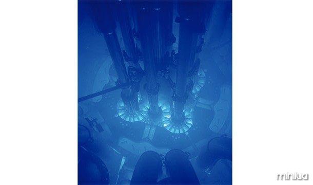Radiação Cherenkov é o que acontece quando uma partícula viaja através de um meio (como a água) mais rápido do que a luz o faria. Esta radiação dá um brilho azul, que é característica de reatores nucleares subaquáticas