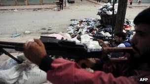 Um combatente rebelde num posto de controle em Aleppo (25 de julho de 2012)