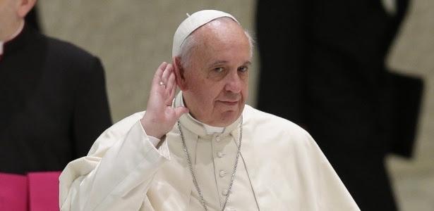 Para Francisco coloca mão na orelha para ouvir aplausos de padres em chegada para uma audiência