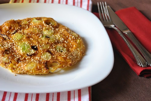 Frittata with leeks and sesame seeds