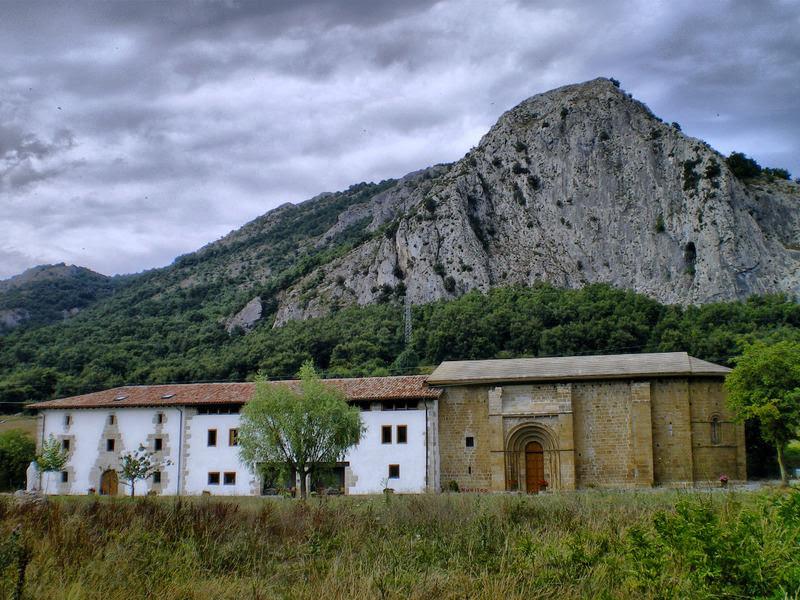 Figura 33. Santa María de Zamarce con su albergue (a la izquierda).