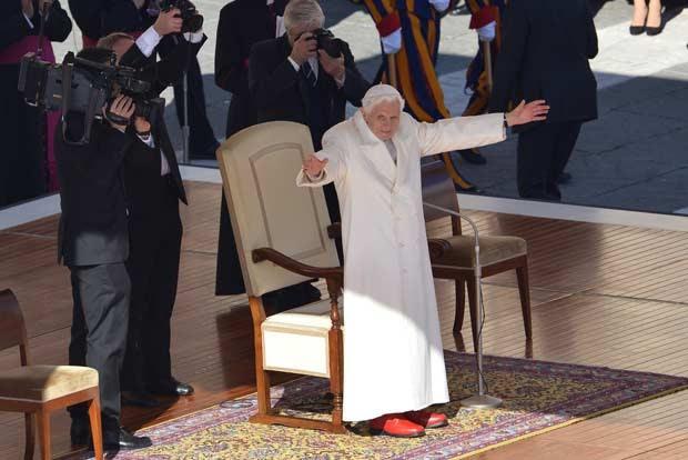 O Papa Bento XVI saúda os fiéis na audiência pública desta quarta-feira (27) no Vaticano (Foto: AFP)