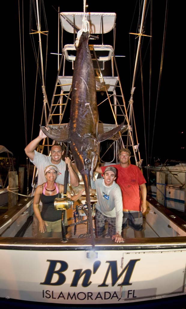 Em 2011, durante uma pescaria com a mulher, o americano John White fisgou um peixe-espada de 206 quilos a cerca de 50 quilômetros ao sul de Islamorada, no estado da Flórida (EUA). Ele lutou durante cinco horas para conseguiu colocar o peixe no barco.  (Foto: Andy Newman/AP)