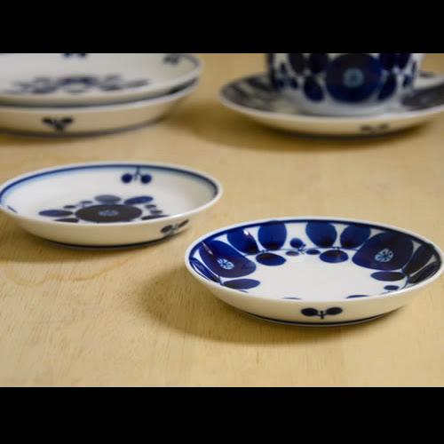 草花のイラストの入った陶器プレート食器 おしゃれなパターン柄
