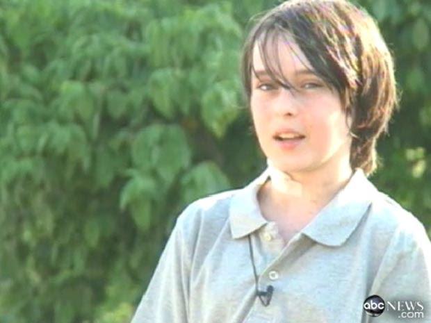 O garoto americano Dez Heal, de 13 anos, dá entrevista à TV ABC após sobreviver a um acidnete em que uma vara de bambu atravessou seu pescoço (Foto: Reprodução/ABC)