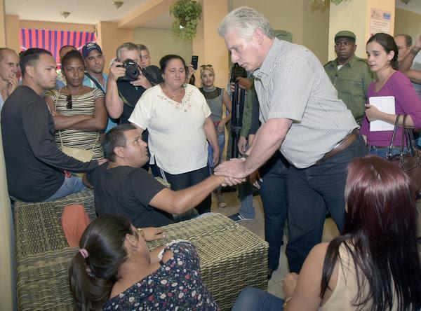 Miguel Díaz-Canel Bermúdez (I), Presidente de los Consejos de Estado y de Ministros de Cuba, acompañado de otros dirigentes del estado y el gobierno, acudieron el 19 de mayo de 2018, al Hotel Tulipán, lugar donde se encuentran los familiares de las victimas del siniestro aéreo ocurrido en las proximidades del Aeropuerto Internacional José Martí, en La Habana. ACN FOTO/Estudios Revolución