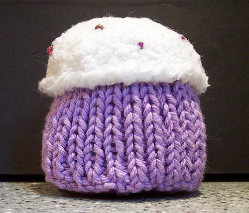 Knitted cupcake w/ sprinkles