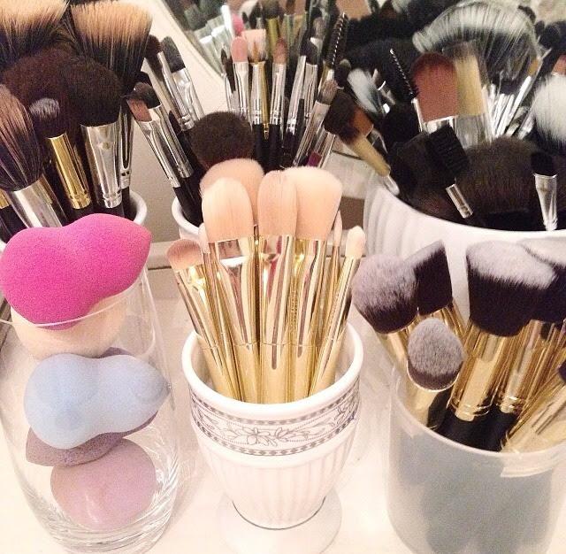 Makeup brushes every girl needs