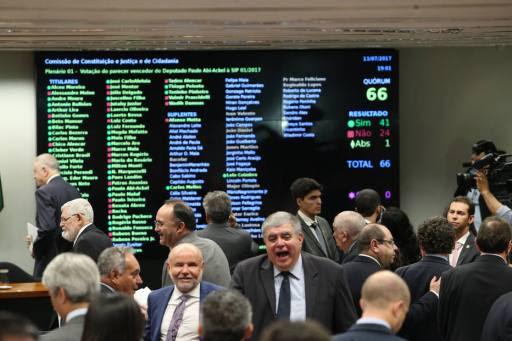 ADAD541   BSB - 13/07/2017 -  CCJ CAMARA  / DENUNCIA TEMER -  POLITICA -  Parlamentares da base do governo comemoram a aprovação do relatório alternativo do deputado Paulo Abi Ackel que rejeita a denuncia contra  o presidete Michel Temer, na CCJ na Câmara dos Deputados , em Brasilia.  FOTO: ANDRE DUSEK/ESTADAO