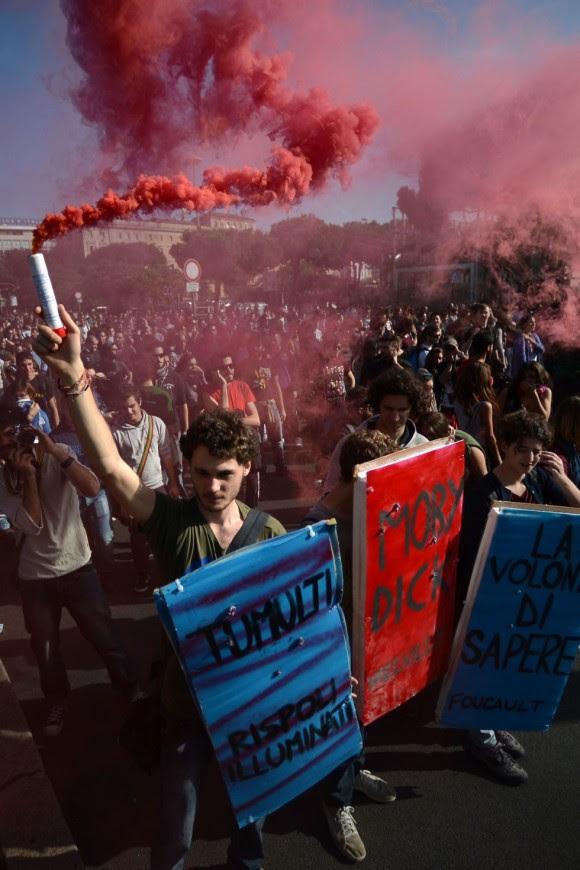 Un joven con una bengala durante las concentraciones en Roma por las medidas de austeridad del gobierno italiano. Foto: AFP.