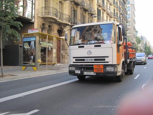 Iveco de repartiment de butà al carrer Balmes de Barcelona