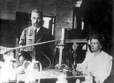 El fantasma, Pierre y Marie Curie en el laboratorio de rue Vauquelin / Foto tal cual aparece en Wikimedia Commons