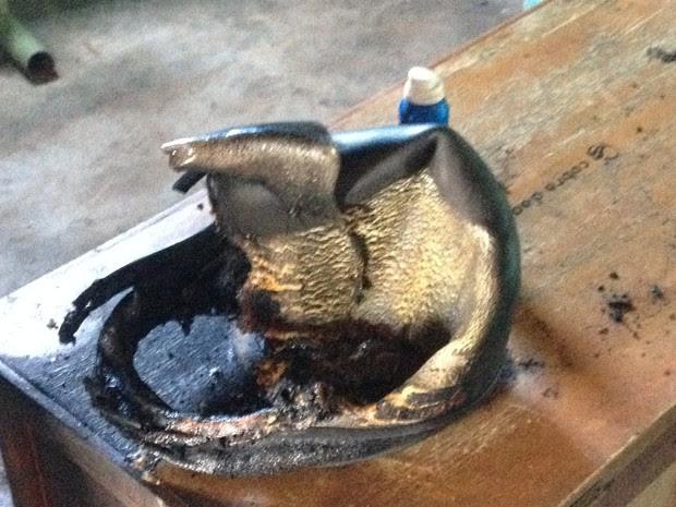 Capacete que estava na casa ficou destruído (Foto: Elisangela Farias/G1)
