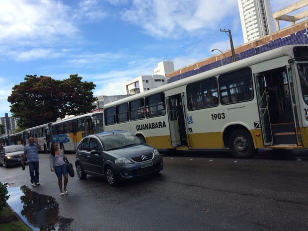 Rodoviários formaram fileiras de ônibus e chegaram a fechar ruas em Natal (Foto: Michelle Rincón/Inter TV Cabugi)