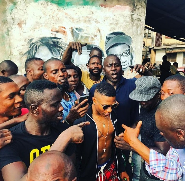 Wizkid Chilling In Ojuelegba, Surulere (Photos, Video)