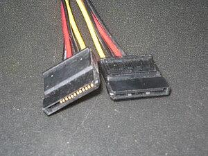 English: SATA power cable Ελληνικά: Καλώδιο τρ...