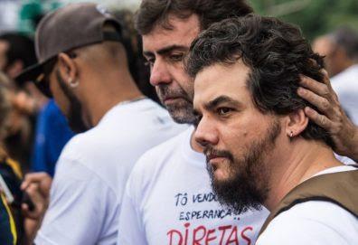RJ - MANIFESTAÇÕES/RIO/DIRETAS - POLÍTICA - O deputado estadual Marcelo Freixo (PSOL-RJ) e o ator Wagner Moura participam de ato     contra o presidente Michel Temer (PMDB) e por eleições diretas, na Avenida Atlântica, em     Copacabana, zona sul do Rio, na tarde deste   domingo, 28. Diversos artistas estão se     apresentando durante o ato.    28/05/2017 - Foto: GLAUCON FERNANDES/ELEVEN/ESTADÃO CONTEÚDO