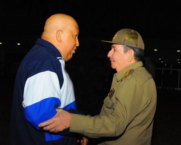 El presidente Raúl Castro despidió en el aeropuerto internacional José Martí al presidente Hugo Chávez. Foto: Raúl Abreu