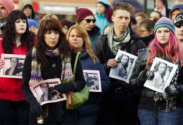 Amigos da canadense Rehtaeh Parsons, de 17 anos, que se suicidou após sofrer bullying na web (Foto: Paul Darrow/Reuters)