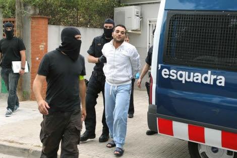 Los Mossos custodian a uno de los arrestados. | Efe