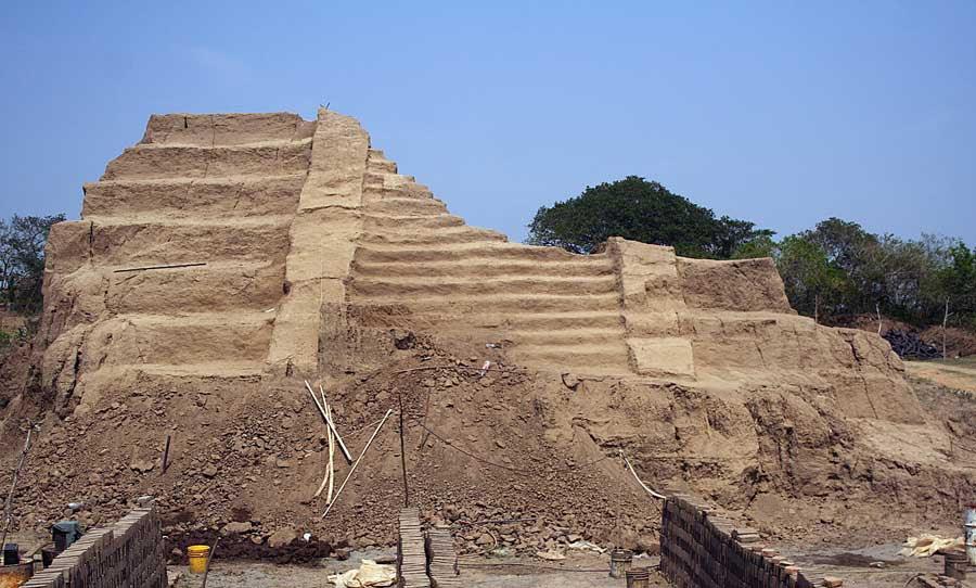 West façade of the substructure, at the level of the upper floor, of the La Joya Pyramid, made of brick (Joya de San Martín Garabato, Veracruz, Mexico)(photo: Annick Daneels/Dumbarton Oaks)