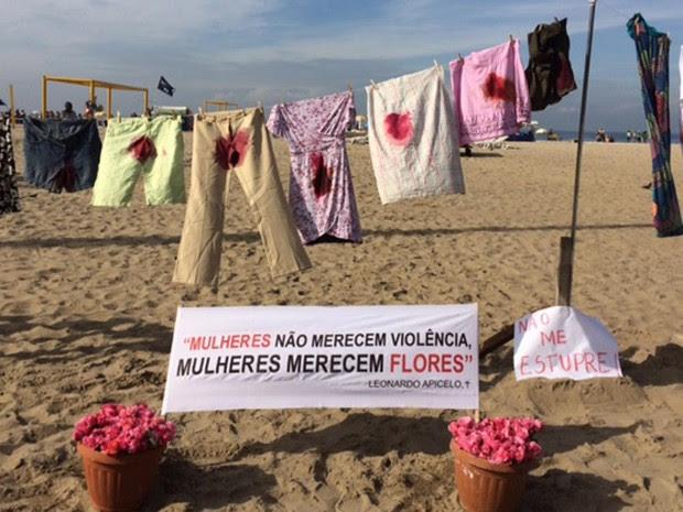 varal tem 33 roupas sujas de sangue penduradas em Copacabana (Foto: Matheus Rodrigues / G1)