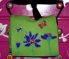 grüne Filztasche mit Blumen