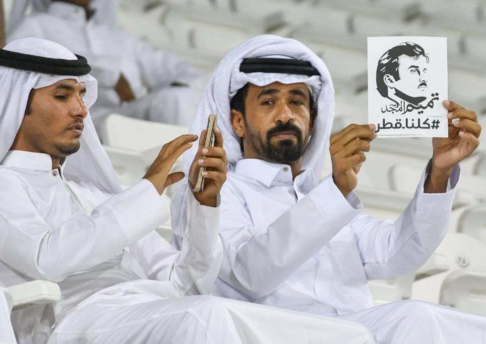Varios cataríes muestran una imagen del emir de Qatar, el jeque Tamim Bin Hamad al Thani, el 13 de junio de 2017.