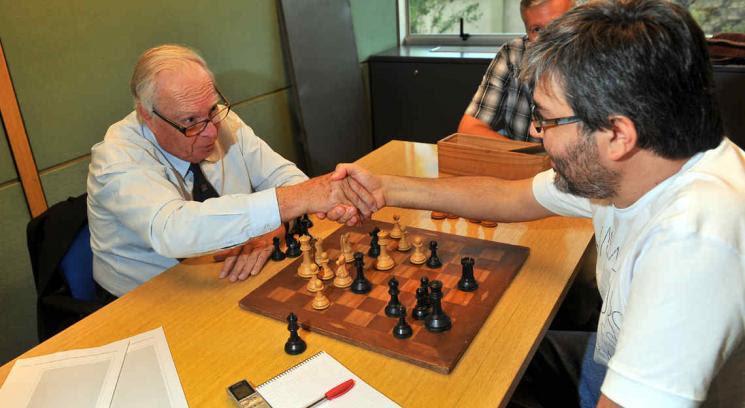 Oscar Panno, un genio del ajedrez, estuvo en Córdoba y jugó una partida con el periodista Juan Carlos Carranza (Foto: Sergio Cejas).