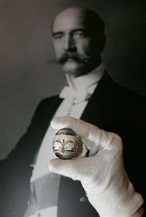 La bombonera de Fabergé, con Jorge I al fondo. (Foto: AP)