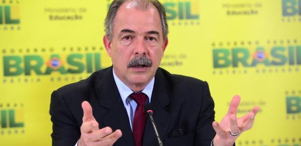 14.jan.2016 - Ministro da Educação, Aloizio Mercadante, anuncia reajuste de 11,36% no piso salarial dos professores em 2016