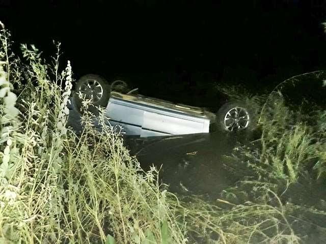 Caicoense envolve-se em capotamento próximo a Laginhas, carro ficou parcialmente submerso em açude