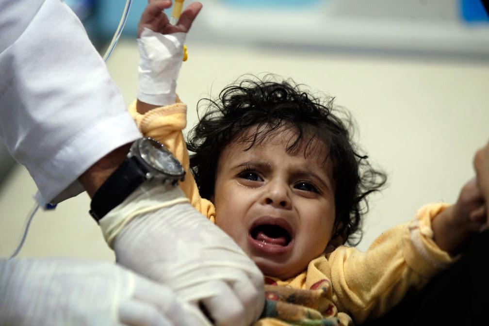 Criança com suspeita de cólera recebe tratamento em hospital de Sanaa, no Iêmen, no dia 15 de maio  (Foto: Mohammed HUWAIS / AFP)
