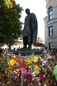 riley-statue