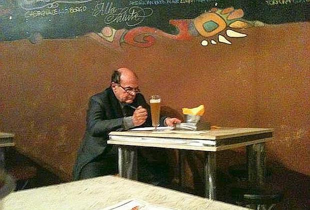 L'immagine di Pier Luigi Bersani diffusa dall'account su Twitter lucasappino