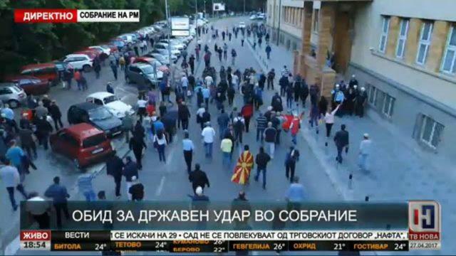 EKTAKTO: Διαλύονται τα Σκόπια – Εισβολή οπαδών του Γκρούεφσκι στη Βουλή – Ξυλοφόρτωσαν τον αρχηγό της αντιπολίτευσης - Εικόνα6