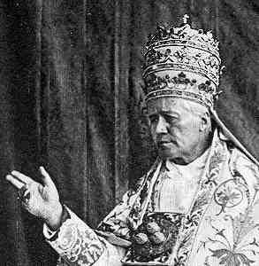 Pius X. mit der Tiara, der dreifachen Papstkrone, Foto von 1914